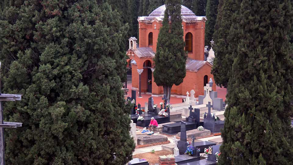 Todo listo en los cementerios alcala nos para la for Cementerio jardin de alcala de henares
