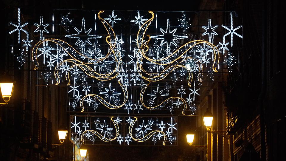 Luces de Navidad y farolas en la ciudad patrimonio