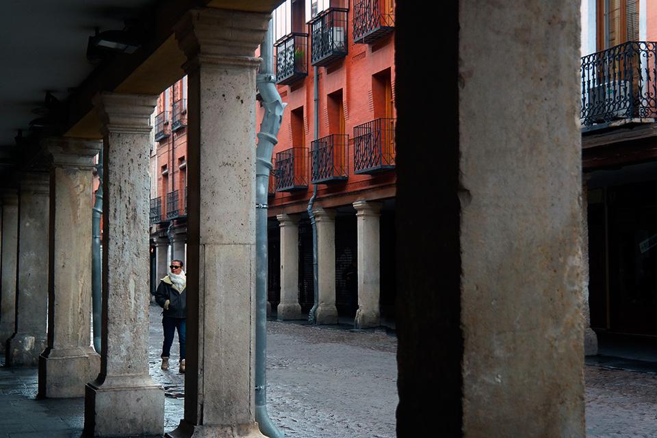 Mujer entre columnas en la Calle Mayor