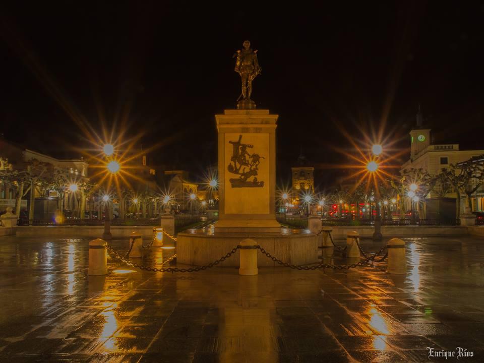 La Plaza de Cervantes, estrellada y con lluvia