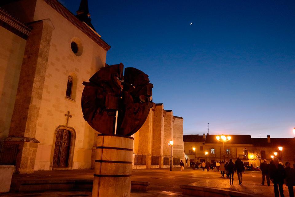 Nocturna de la Plaza de los Santos Niños con luna