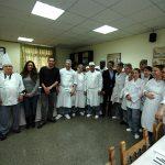 El alcalde de Alcalá y el concejal de Juventud con los alumnos del curso de cocina.