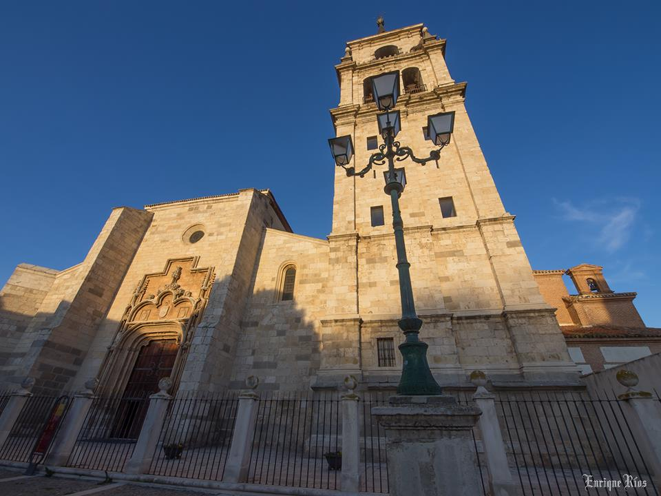 Un luminoso dia casi primaveral por la Catedral de Alcalá