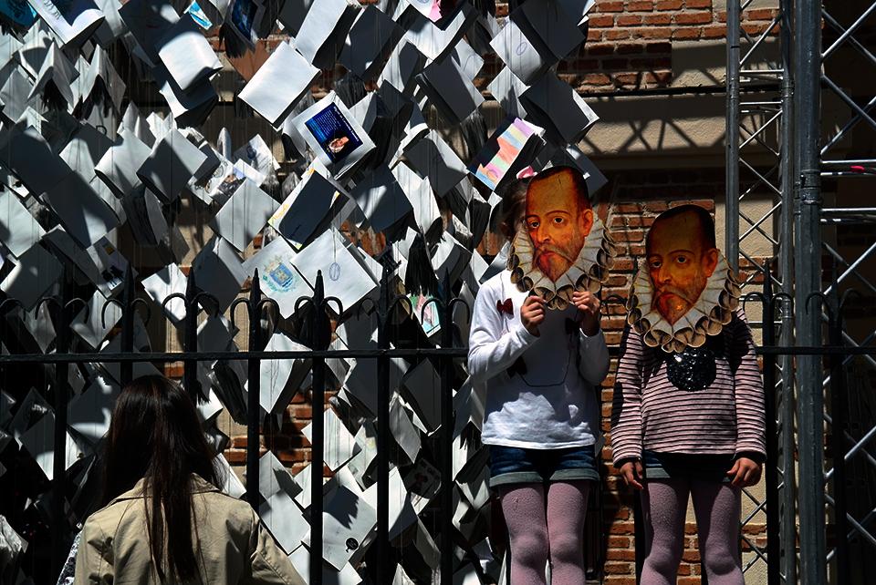 Libros y caretas en la casa de Cervantes