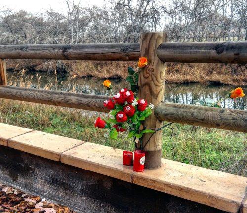 Flores en el Henares en recuerdo de Richi