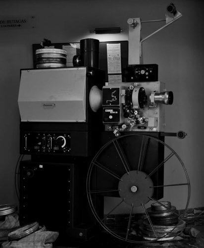 Antiguo proyector de cine en el hall del Teatro Salón Cervantes