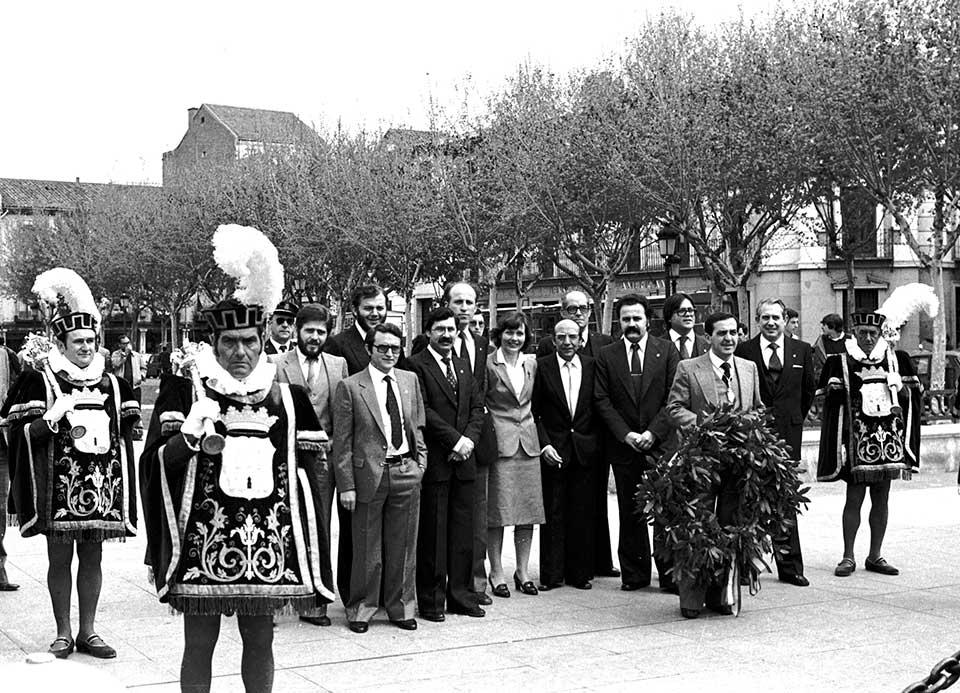 Policias municipales acompañan a la Corporación Municipal en el Homenaje a Cervantes cada 23 de Abril
