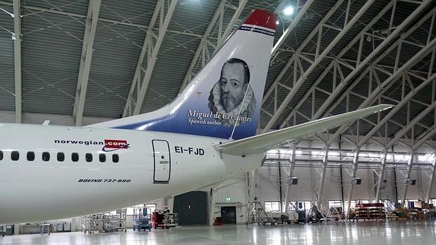 La aerolínea Norwegian decora la cola de un avión con la figura de Cervantes
