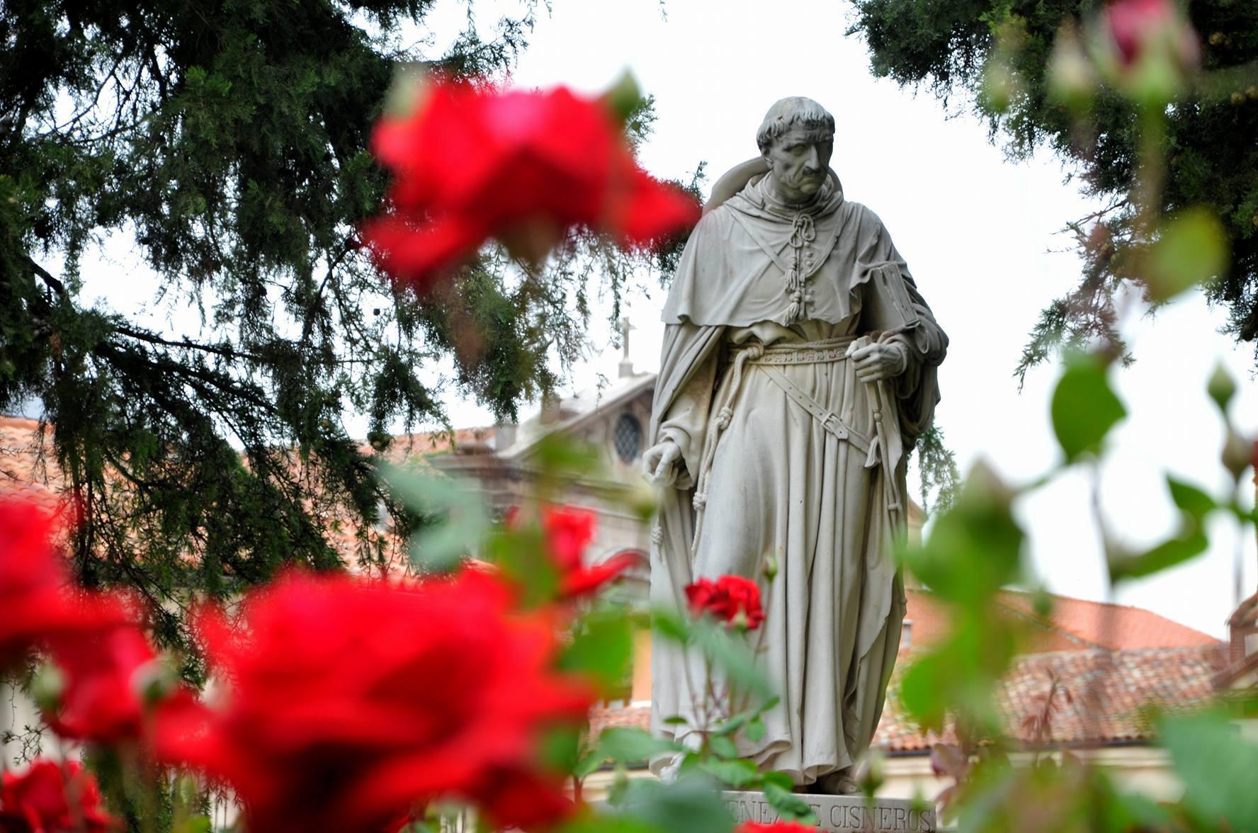 El Cardenal Cisneros, un dia antes de la visita del Rey