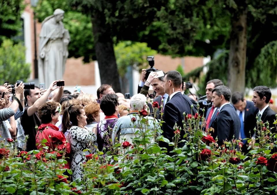 El Rey Felipe VI, aclamado en Alcalá ante la escultura de Cisneros