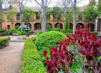 Patio florido de la Facultad de Filosofía en Alcalá de Henares