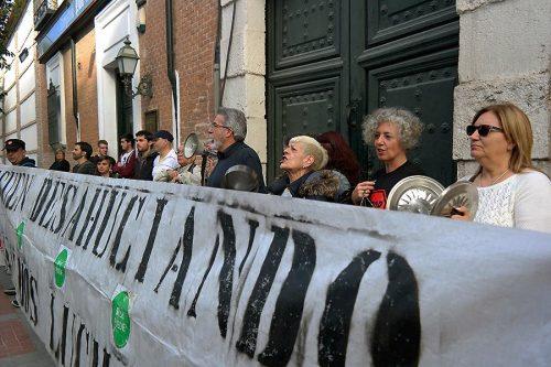Cacerolada de la Plataforma de Afectados por la Hipoteca del Corredor del Henares ante la sede del PP en la Calle Santiago el pasado 18 de Abril