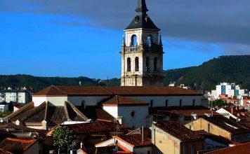 Catedral-Magistral de Alcalá de Henares en primavera