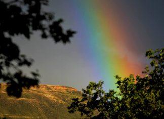 El Ecce Homo iluminado por un fabuloso arco iris de junio