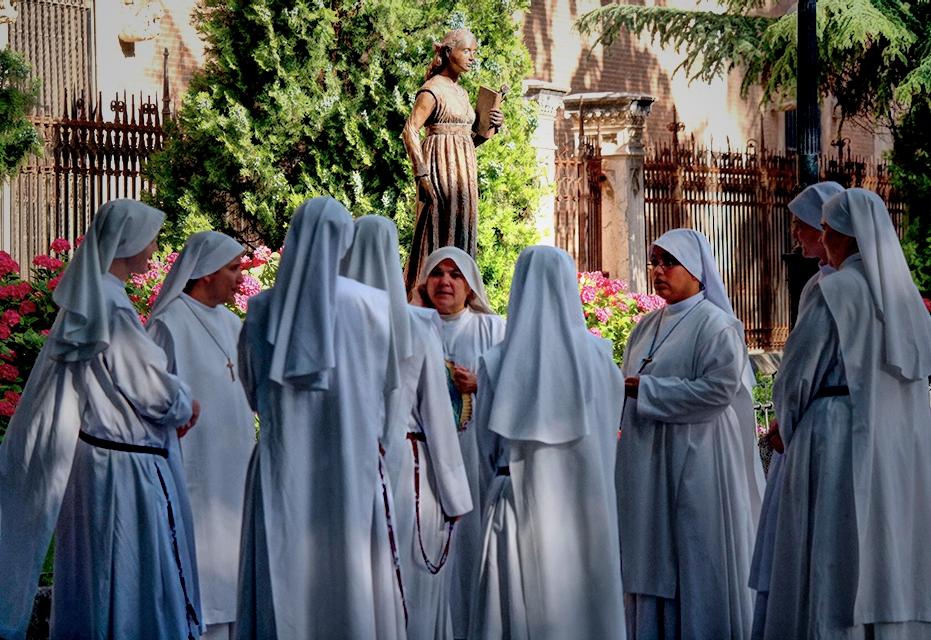 Siervas de Maria en las Bernadas bajo la escultura de la reina Catalina de Aragón