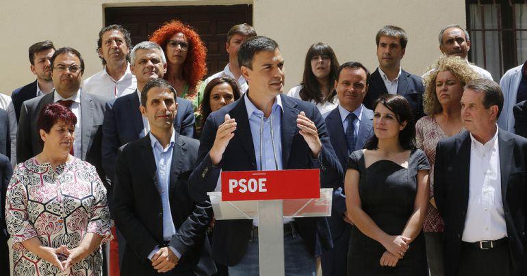 Pedro Sánchez, rodeado de líderes locales socialistas en Alcalá de Henares / EFE