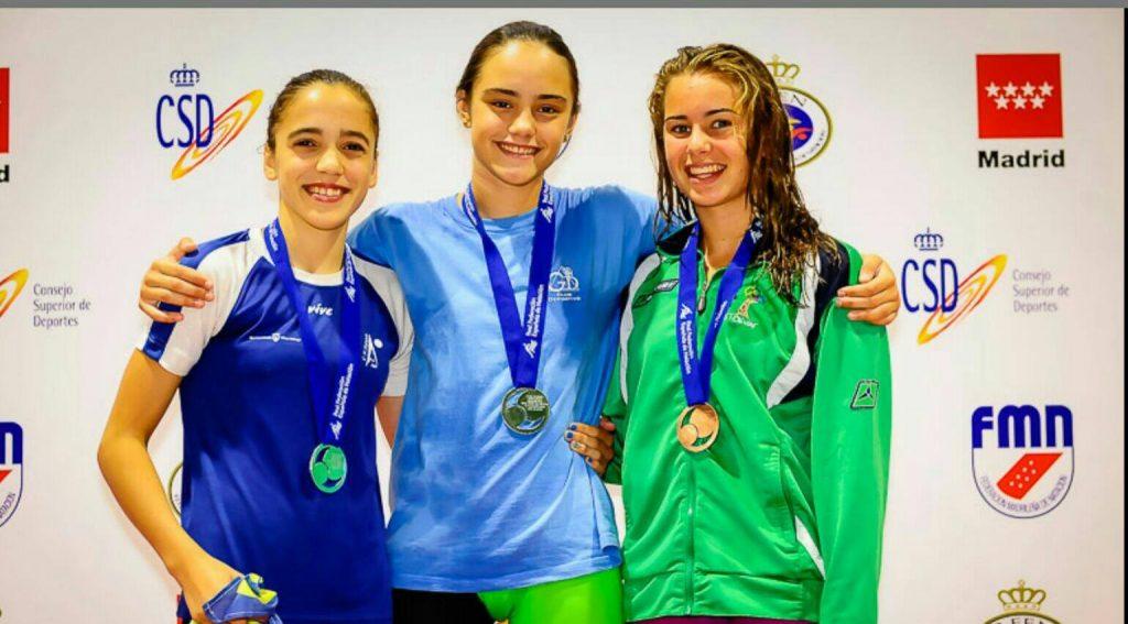 La joven alcalaina Claudia Espinosa en el podium del IV Campeonato de España Alevín de Verano de natación