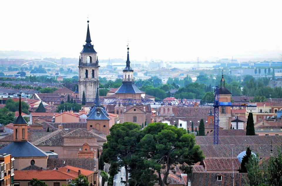 Una vista de Alcalá con grúa