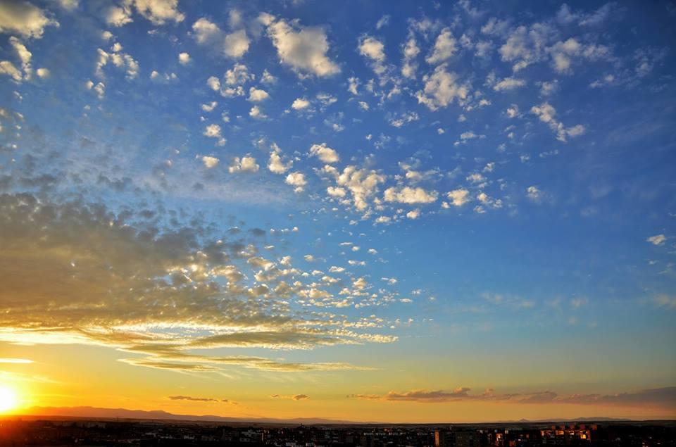 Rayos de sol y nubes en un atardecer alcalaíno de verano