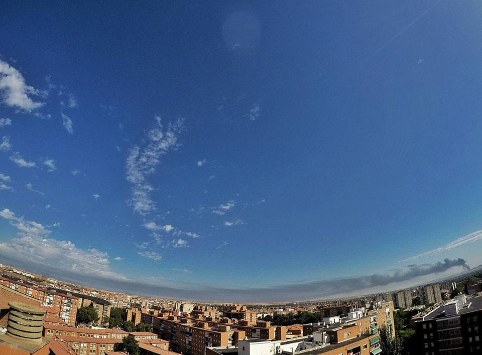 El humo fue visible desde algunos distritos de Alcalá . Foto de Ricardo Espinosa Ibeas