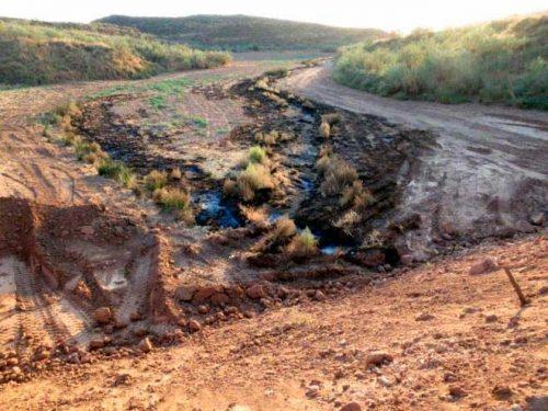 El dique construido y delante los residuos camino del arroyo que conduce al río Henares. Ecologistas en Acción Guadalajara