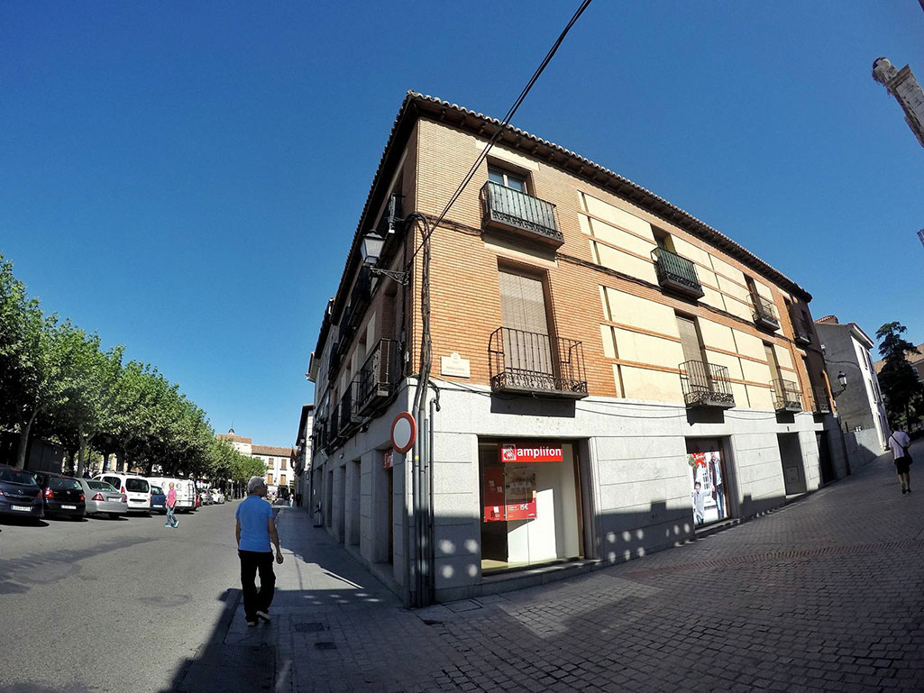 Un edificio en pleno centro, en uno de los callejones que unen la Plaza de Cervantes con la universidad. Foto de Ricardo Espinosa Ibeas