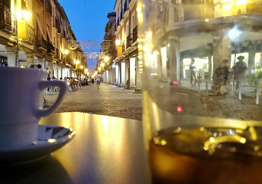 Café con hielo en la calle Mayor