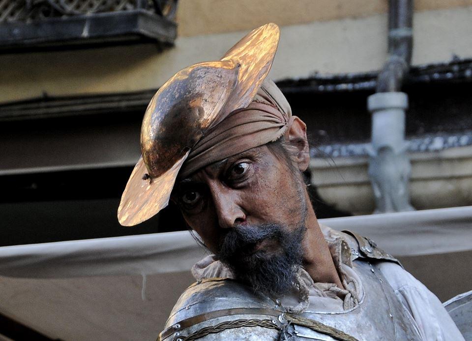 Don Quijote se asoma al Dia de San Cervantes
