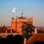Amanecer de superluna en la ciudad patrimonio