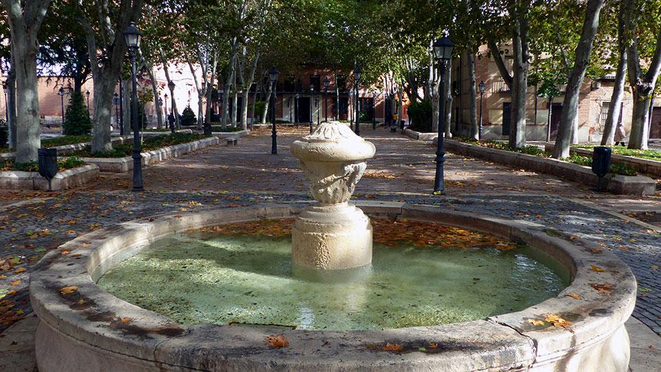 Fuente y hojas de otoño en la Plaza de Palacio
