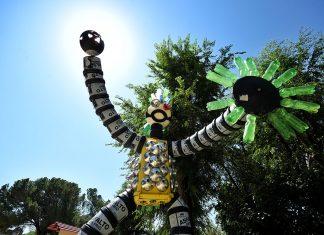 Quijote reciclado al sol en la Plaza de la Juventud