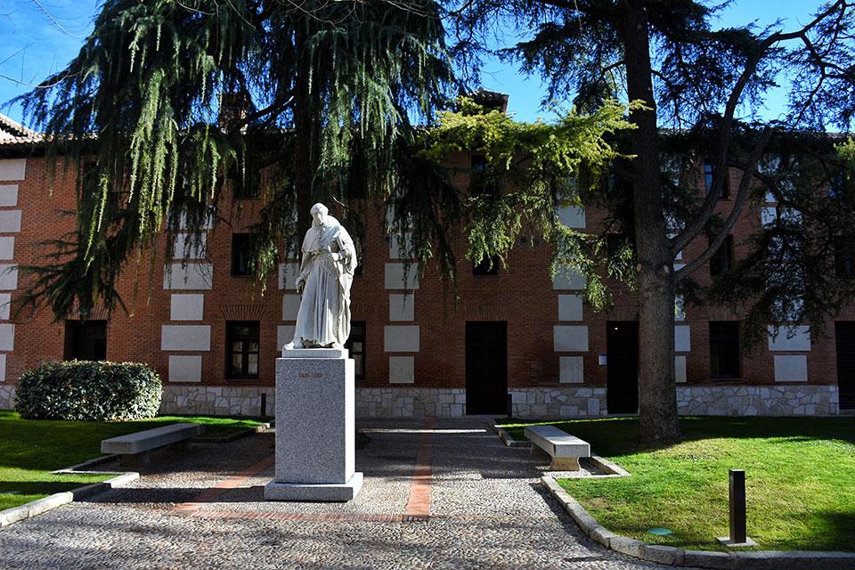 La escultura de Cisneros del Convento de las Juanas en su nueva ubucación en el Patio de Filósofos de la Universidad