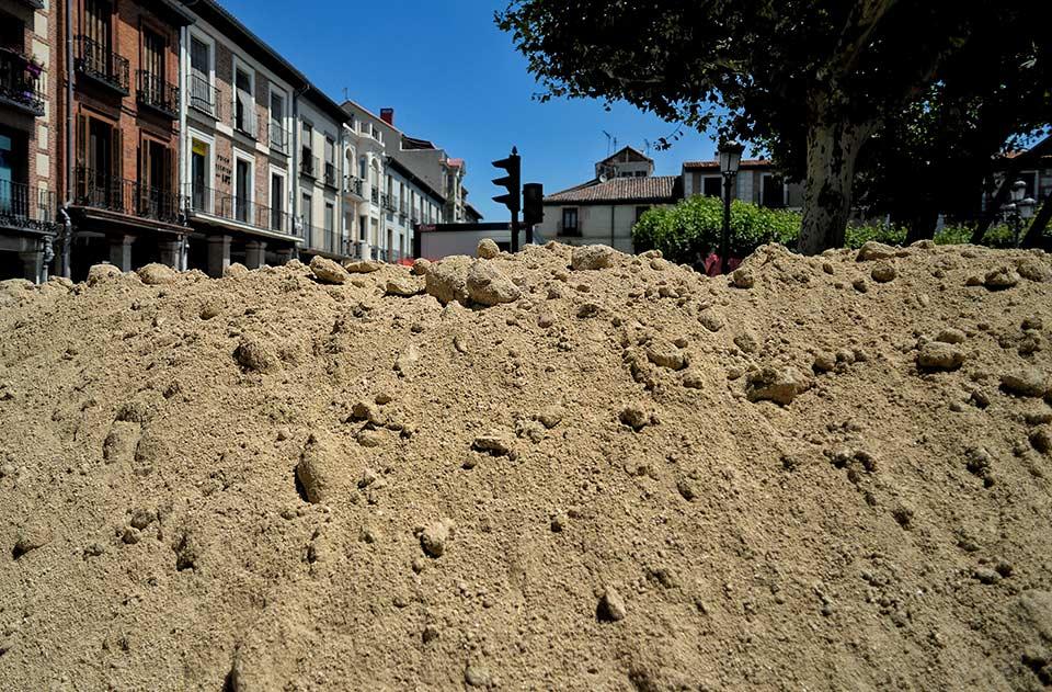 Cerros de arena en la Plaza de Cervantes