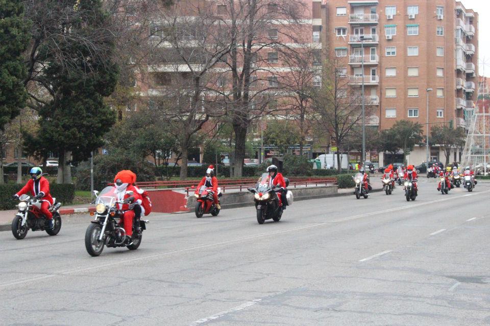 Papa Noel llega en moto a Alcalá