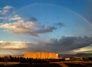 El arco iris envuelve el Hospital de Alcalá