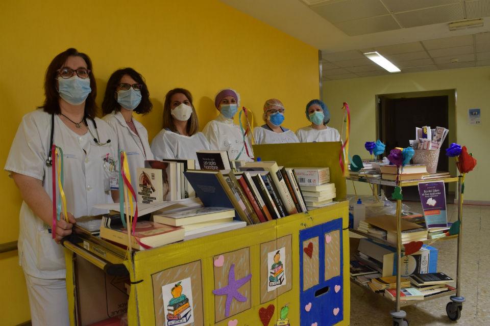 El Hospital de Alcalá obsequia con un libro a sus pacientes por el Día del Libro