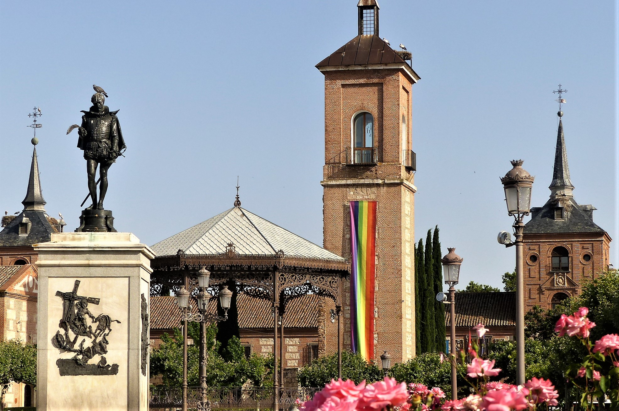 La pancarta del orgullo en la Plaza de Cervantes