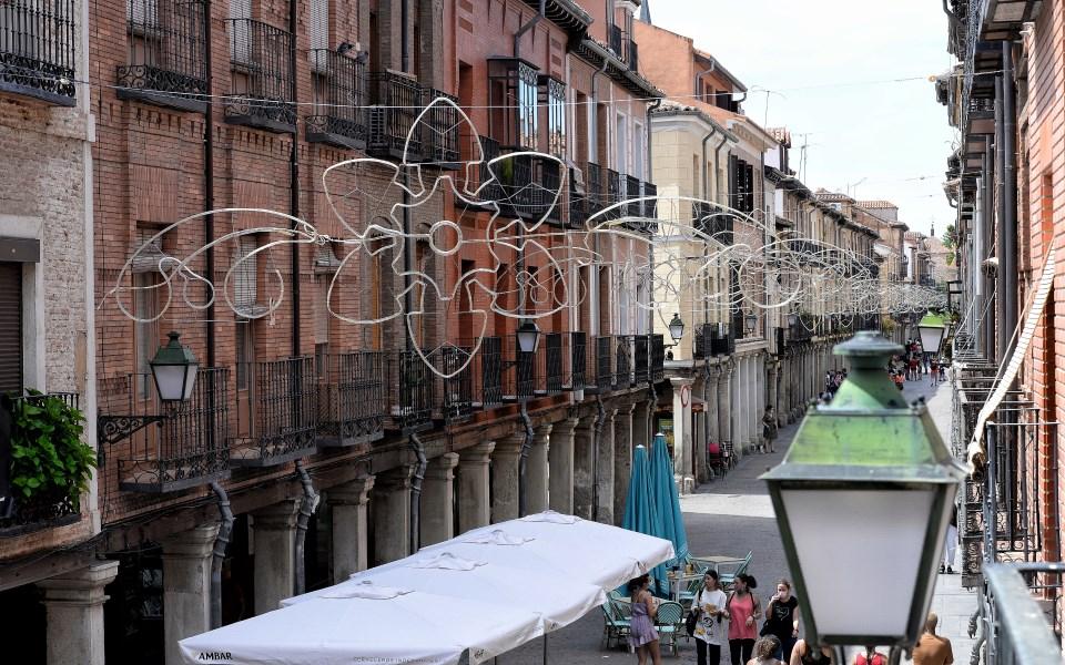 La Calle Mayor se engalana para las Fiestas de Agosto